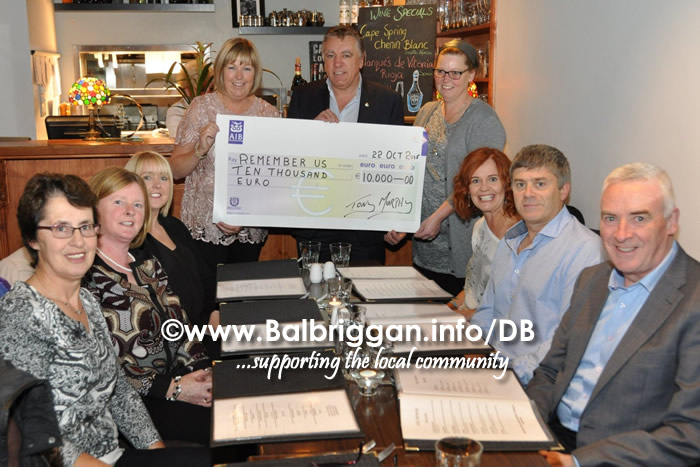 camino_walkers_present_cheque_to_remember_us_22oct15