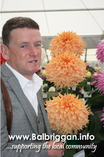 Christopher White from Naul wins best Giant Dahlia at Harrigate show 08oct17