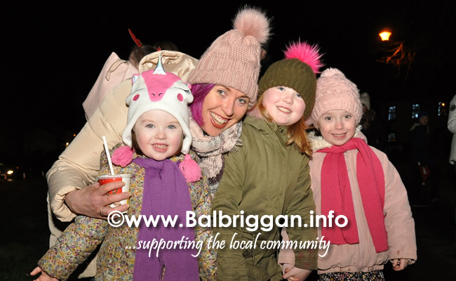 Santa switches on the Christmas lights in Balrothery 09dec19_11
