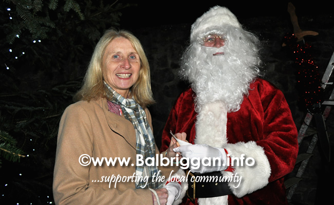Santa switches on the Christmas lights in Balrothery 09dec19_18