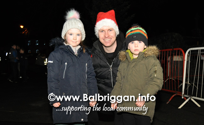 Santa switches on the Christmas lights in Balrothery 09dec19_4